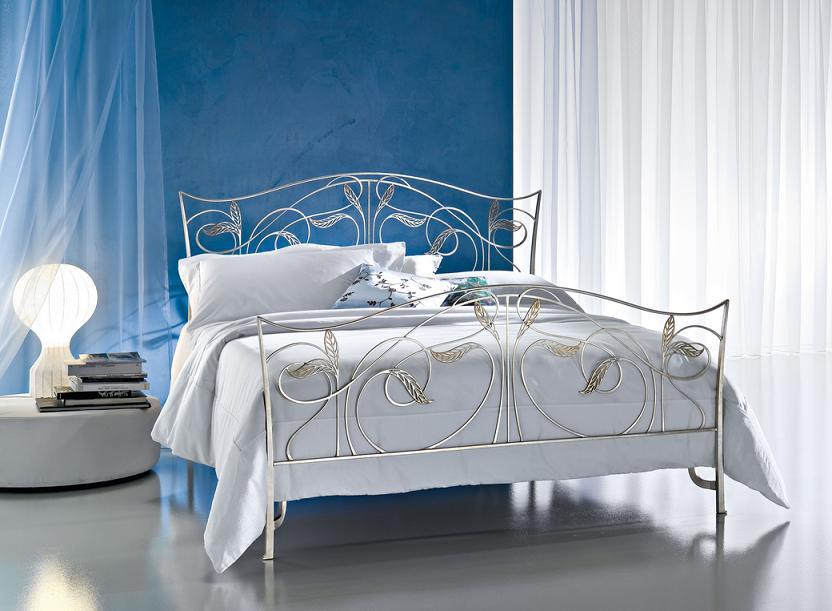 Белая кованая кровать хороша тем, что способна вписаться практически в любой интерьер. Как и черный или серый, этот цвет считается нейтральным. Нейтральные цвета, как известно, способны сочетаться со всеми остальными оттенками без исключения. Из этого можно сделать вывод – кованая кровать белого цвета подходит для размещения в комнате, которая оформлена в абсолютно любой цветовой гамме. Стиль выбираемой кровати обязательно должен совпадать со стилем, в котором выдержан интерьер вашей спальни. Это важно, ведь кровать в стиле хай-тек будет совсем неуместна там, где хорошо вписалась бы ажурная модель. С помощью фотографий, которые есть в описании к каждой кровати, вы с легкостью сможете не только подобрать подходящую вам продукцию, но и посмотреть, как каждая предлагаемая кровать выглядит в интерьере. Для изготовления всех товаров нашими сотрудниками использовались только качественные материалы. Вы можете быть уверены и в качестве изготовления, ведь в наших цехах работают только настоящие профессионалы с соответствующим образованием. Все кровати отвечают ГОСТам и техническим нормативам, которые существуют в настоящее время. При этом цены предлагаются доступные каждому. Где купить белую кованую кровать Если вам нужна такая продукция, как белая кованая кровать купить ее вы можете у нас. Мы – отечественный производитель нескольких групп товаров, в числе которых находятся и кованые кровати. Известно, что покупка у производителя всегда оказывается намного выгоднее, чем покупка у посредника. Мы уверены, что наша ценовая политика способна устроить человека с любым доходом. На наших производственных складах всегда имеются большие запасы готовой продукции. Поэтому у нас есть возможность справиться даже с объемным заказом в максимально сжатые сроки. К тому же, у нас имеется большой штат сотрудников, которых можно назвать настоящими профессионалами. Они всегда обрабатывают заказы наших клиентов в установленные сроки. К нам вы можете обратиться с любой проблемой – от покупки крова