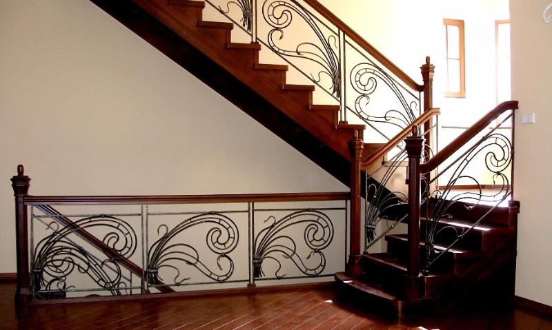деревянные лестницы с коваными перилами фото